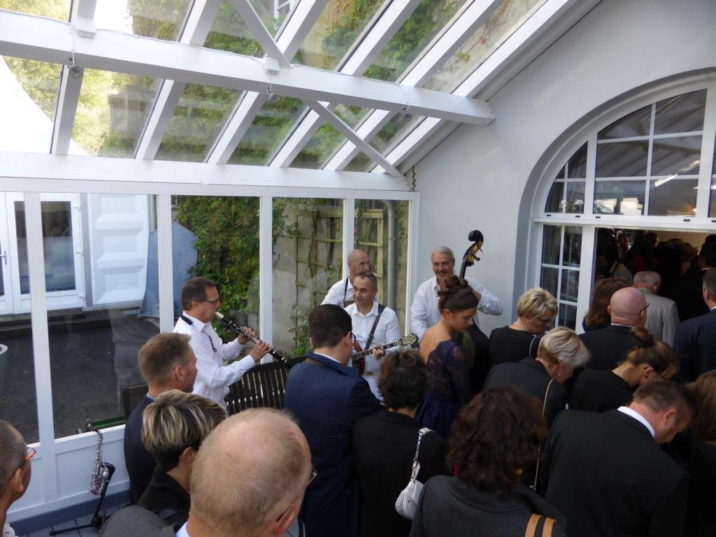 L'orchestre de jazz accueille les invités du mariage en musique
