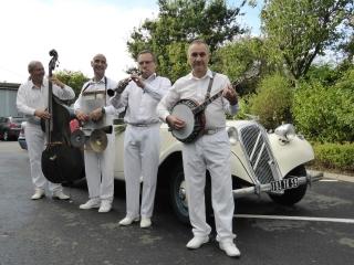 le-groupe-de-jazz-pose-devant-la-voiture-des-maries