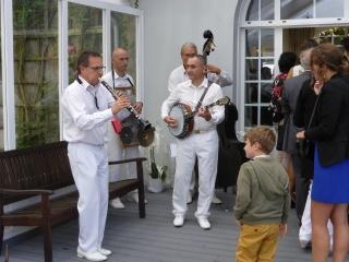 les-invites-entre-en-musique-dans-la-salle-du-cocktail-de-mariage