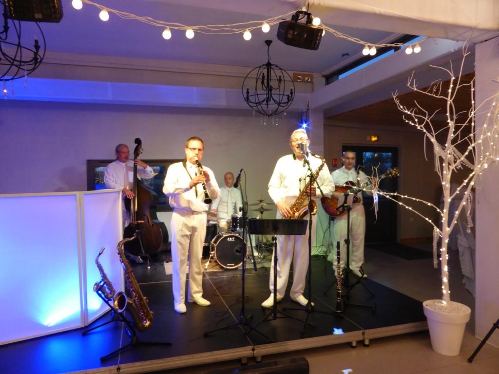 Le groupe de jazz Hollywood Swingers joue pour un repas de mariage