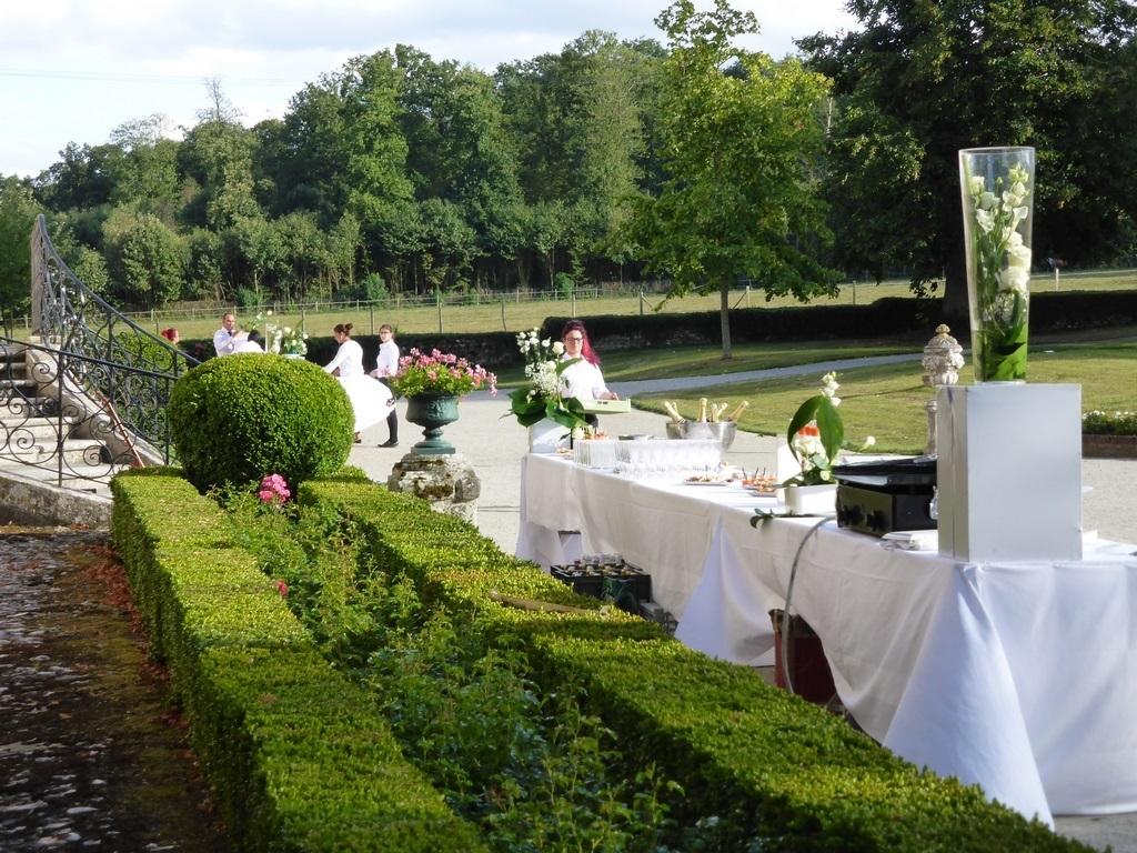 Le buffet du cocktail de mariage en préparation