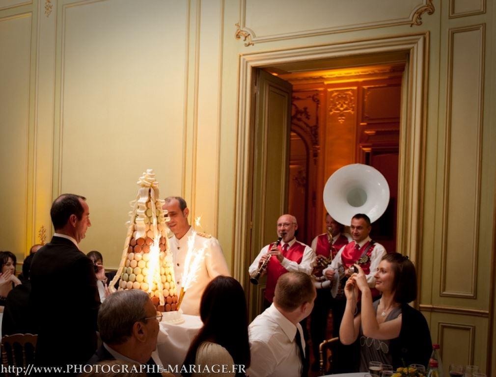 Présentation de la pièce montée par le groupe de jazz mariage